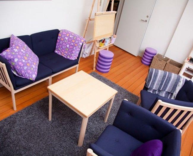 Stue med sofa, stole og staffeli