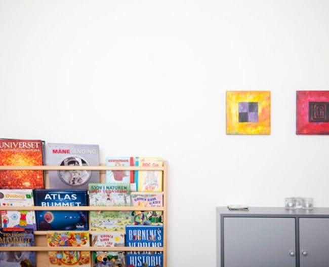 Væg med skabe og bog reol